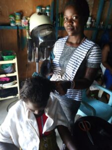 Eine junge Kenyanerin ist in der Ausbildung zur Coiffeure